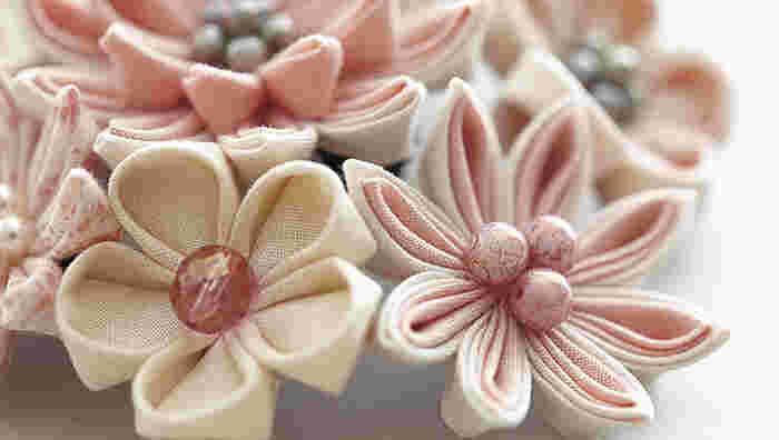 「つゆつきキット」 初心者で一番難しいのは布を正方形に切ることですが、土田さんのキットならカットされた布が入っているので安心です。 ブローチやネックレス、コーサジュ、くす玉など数種類あり、花の形や色も何種類か用意されています。