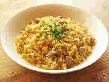 簡単に作れそうで、実は難しいチャーハン。味が決まらなかったりベタついたりしがちです。生米を一度炒めるという手間はかかりますが、レシピ通りに作ればお店のようなパラパラチャーハンができますよ。