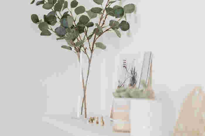 花瓶に飾るのも人気の飾り方。家の中で日差しが当たらない場所は、植物を育てるのに向きません。でも、そんな場所こそ手入れのいらないフェイクグリーンが輝く場所。日当たりがいい場所はリアルグリーンを、日当たりが悪い場所にはフェイクグリーンを飾るという方も多いんです。