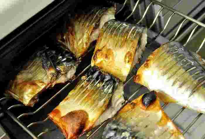 水ありで焼くタイプのグリルの場合、水と一緒に片栗粉大さじ2~3を入れて溶かし、魚を焼きます。 そのまま冷めるまで置くと、片栗粉が固まってペロンとはがれます。  水なしで焼くタイプのグリルなら、焼きあがって魚を取り出したら受け皿に水と重曹を入れて冷めるまで置きます。重曹の作用で油が水に溶けやすくなっていますのでするりと落ちます。