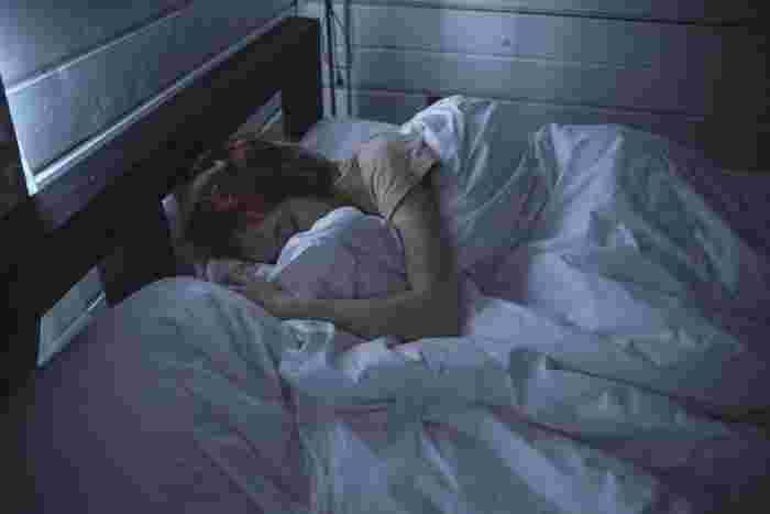 初秋の時期はまだ夜の寝苦しさがあるかもしれませんが、なるべく冷房はつけずに就寝してみましょう。  こうすることで、寝ている時の冷房冷えを防止することが可能に。  なるべくなら長袖ロングパンツのパジャマもあると良いですね。  どうしても寝苦しい場合は首元に保冷剤を置いて寝るのもgood!