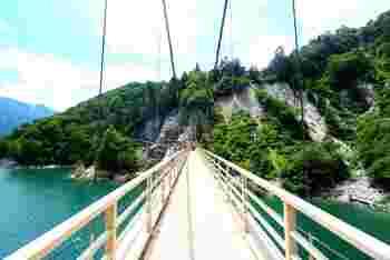 黒部ダムのカンパ谷吊り橋は撮影スポットにも適した場所。