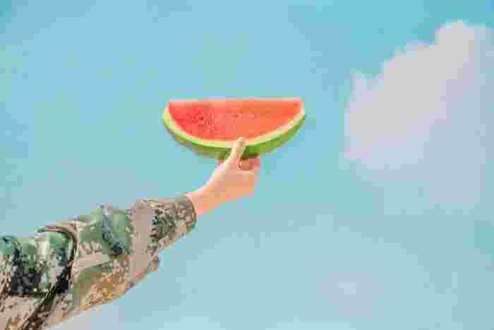 「エモめの夏」は、若者らしい勢いがあり、アップテンポのメロディーで爽快な気持ちにさせてくれます。海辺やドライブで、チルアウトして音楽を楽しみたくなる曲です。