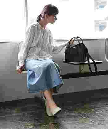 今年も注目度の高いデニムスカートにストライプブラウスをあわせた着こなし。足元はパンプスでカジュアル感を控えめに。