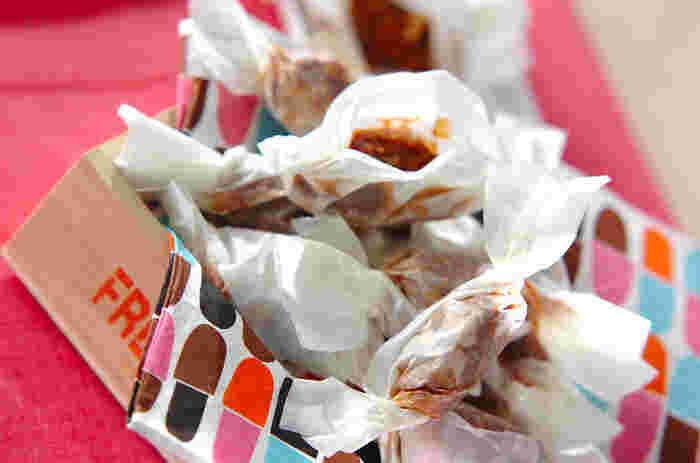 煎り大豆を使った生キャラメルのレシピ。大豆は粗めに潰すことで、香ばしいつぶつぶ感を楽しめます。ワックスペーパーを使ってキャンディ包みにすれば、見た目も可愛く外出先でもパクッと食べられて便利。
