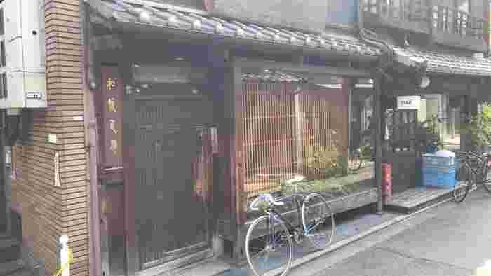 四条烏丸にある、まるで隠れ家のようなつけ麺屋さん「和醸良麺 すがり」。小さな扉をくぐり細長い町屋ならではの通りを進めば、民家の中庭のような落ち着いた空間が広がります。なんだかワクワクするような店内は魅力の一つ。