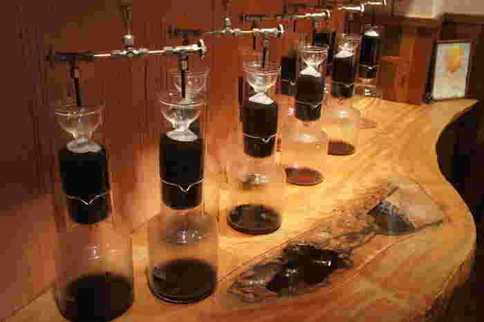 クルミドコーヒーのコーヒーはホットも全て水出し。ゆっくりと時間をかけて抽出する、水出しならではのまろかやなコクが楽しめます。地下のフロアでは水出しの機械を見ることもできますよ。