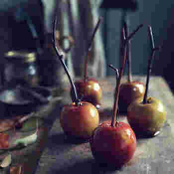 海外にもりんご飴はあり、トフィーアップルと呼ばれます。飴がけしたものの他にも、キャラメルでコーティングしたキャラメルアップルも。日本とはまた違った味が楽しめるので、興味があったらぜひチャレンジしてみて!