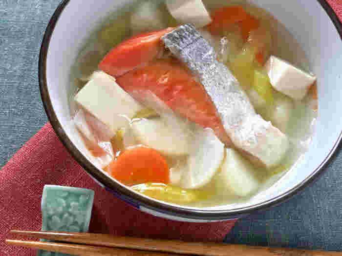 北海道の郷土料理、三平汁。塩鮭や塩鱈の切身を野菜と一緒に煮込みます。味付けの基本は鮭から出る塩ですが、醤油で風味づけをしたり、味噌や粕汁仕立てにするレシピもあります。お弁当用の切身が半端にあまったときにいかがですか?