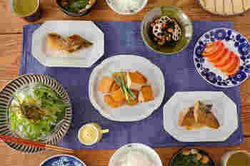 真っ白のシンプルなプレートは、和洋中どんな料理でもマッチするので使い勝手が良いですよね。九谷青窯白磁の八角長皿は、さりげない縁デザインで、毎日の食卓を可愛らしく演出してくれます。