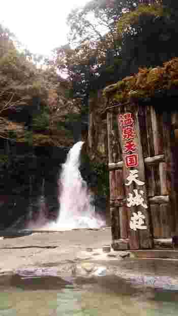 伊豆最大級、30mの落差が大迫力の大滝を間近に眺めながら入る露天風呂は、まるで川にいるかのような錯覚に陥ります。5月~9月までは日帰りでも温泉とプールも楽しめるのでお子様連れにもおすすめです。