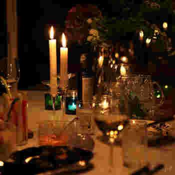 デンマークでは昼夜問わずキャンドルを灯す習慣があります。炎を灯すだけでほのかな明るさと温かみが生まれ、食卓も心地いい空間に。  もちろん、食卓だけでなく玄関やリビング、寝室など様々な場所でも使います。キャンドルは生活の一部となっており、なくてはならない存在なんだそう。