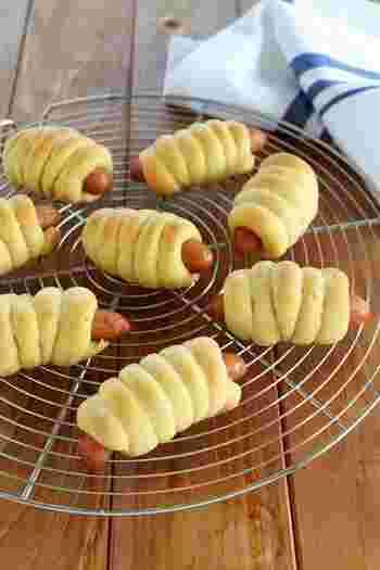 発酵いらず!手軽に作れるウィンナーパン。ホットケーキミックス入りの生地をウィンナーにくるくる巻きつけてオーブンで焼くだけ。見た目も可愛らしいので、お子さまも喜んで食べてくれそうですね!