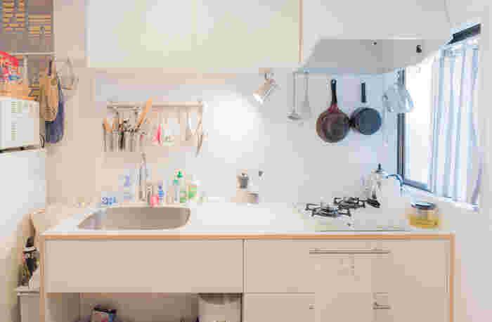 S字フックは手軽に収納スペースを増やせるので、棚を作れない賃貸物件には必須アイテムです。