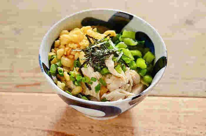 ほぐし蒸し鶏と野沢菜(沢庵を使ってもOK)のだし汁で作られたお茶漬けです。優しくてヘルシーなレシピですね。