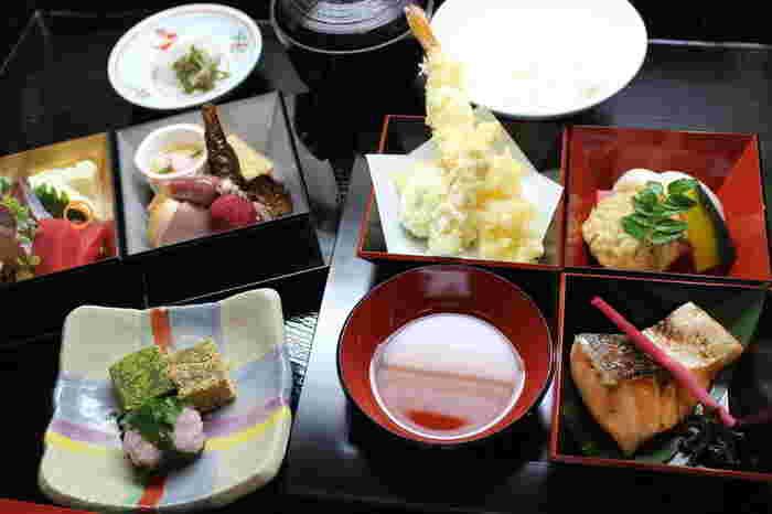 お魚や野菜など、旬にこだわった食材を使ったお料理は、目にも楽しく、贅沢な気分になることができます。