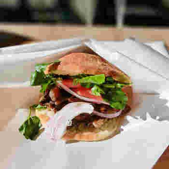 1番人気は「極旨グリルビーフサンド」は、信州産の白ワインとはちみつやハーブでマリネした牛肉をたっぷり挟んでいます。お肉は、浅間山の溶岩石で焼いていて遠赤外線効果でとてもジューシーです。