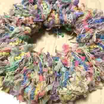 カラフルな毛糸を使えばこんなに可愛いシュシュも簡単。フラのアクサセリーにもぴったりですね。ストローに巻きつけるだけなので小さなお子様と一緒に楽しめそう。