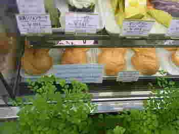 ドライケーキやパイ、クッキーなどで知られる洋菓子の老舗、ウエスト。おすすめの手土産としてつねに上位に名があがりますが、レトロな雰囲気のパーラーも人気があります。