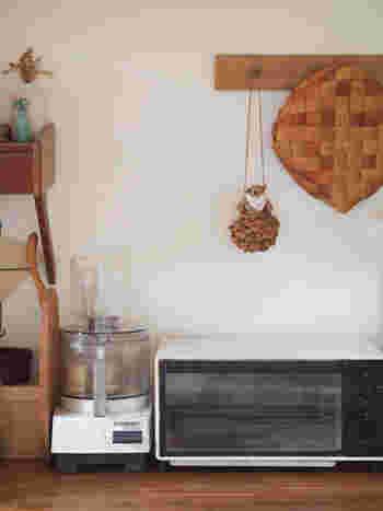 キッチンにも遊び心を。カゴやマスコットを飾って見せる収納にしてみて。