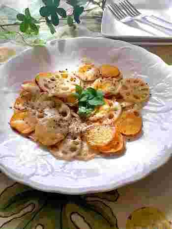 うすーくスライスしたレンコンとさつまいもをフライパンで焼いたおつまみレシピ。仕上げに岩塩&ブラックペッパー、とろけるチーズをかけて。濃厚な安納芋の甘さが引き立つ一品です。