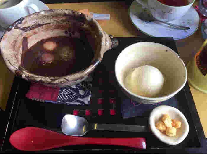 """""""あずきを食べてコーヒーを飲む""""がコンセプト。土鍋に入った「でめ太郎ぜんざい」は、夏は冷たく冬は温かいものをいただけます。"""