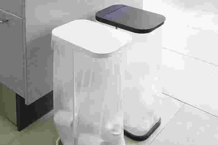 ゴミの分別には中身がすぐにわかる透明タイプのゴミ箱もおすすめ。横に並べて使いたい時には、細くてスリムなゴミ箱を選んでみましょう。ゴミ袋が見えてもシンプルでおしゃれな全体感なので、インテリアの邪魔になりません。