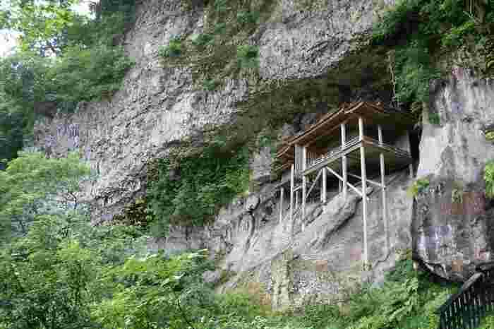 白兎神社がたたずむ海沿いから、山のほうへ。  岩山の断崖絶壁にある、三徳山三佛寺の投入堂(なげいれどう)。山の中腹にあるので、ちょっとした登山になりますが、この寺院は、誰がどうやって建てたのかが「謎」とされています。  仏堂を法力で山に投げ入れたという説が有名で、ただならぬパワーを感じますよね。もちろん、断崖絶壁のため中に入ることはできず、下から参拝するかたちになります。日本一危険な国宝、一度は訪れたくなりませんか。