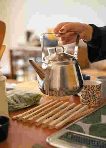 木でできたナチュラルな鍋敷きは、伸び縮みしてサイズが変えられるデザインです。お鍋やお皿の大きさに合わせて調整できるのが便利。