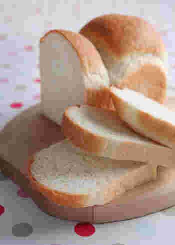 手ごねで作る米粉パンは、外はパリッと香ばしく、中はしっとりふんわり♪米粉は水分含有率が小麦に比べて高いため、しっとり感の強い仕上がりになります。