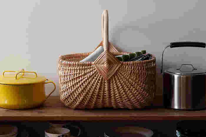ラトビアの首都「リガ」で生まれ、北欧の伝統的な手仕事の技で編み上げられた柳のバスケット。キノコ狩りやベリー摘みに使われてきたというだけあって、美しさと使いやすさを兼ね備えています。大容量のLサイズなら、あれこれかさばりがちな赤ちゃんのおむつ替えセットも見映え良く収納でき、必要な場所にまとめて持ち運ぶのにも重宝しますよ。