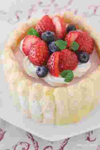 いちごの甘酸っぱいムースはさっぱりといただけます。 こちらのレシピは、二人用の食べ切りサイズのケーキ。苺も小ぶりのものを選んで、可愛らしいデコレーションに♪