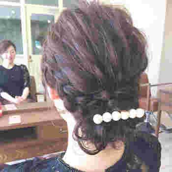 いかがでしたか? 編み込みは難しそう!という印象が強いですが、やり方を覚えてしまえばいろいろなアレンジが楽しめそうですよね。 髪の毛がストレートでスタイリングが難しいという場合は、先にホットカーラーやヘアアイロンで軽く巻き癖をつけてあげるとアレンジもしやすくなります。 ぜひ参考にしながらトライしてみてくださいね。