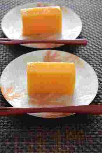 柿と砂糖だけで作れる本格羊羹のレシピ。美しいオレンジ色が羊羹は、おもてなしにもぴったりです。温かい緑茶と一緒にいただけば、秋を感じられるティータイムが楽しめます。