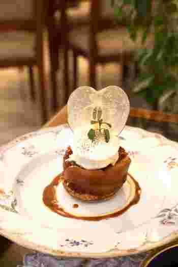 「コーヒーパーラー ヒルトップ」は、歴史ある山の上ホテルに入っているカフェレストランです。「温製タルトタタン バニラアイス添え」はじっくりと煮詰められたリンゴの甘酸っぱさをしっかりと味わえる、装いも素敵なスイーツです。ティータイムのお供にぜひ選びたい一品です。