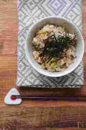 炊き込みご飯や丼ものにトッピングするのもおすすめ。手間がかからないものが良いなら、サバ缶を使ったこちらのレシピを試してみてください。味付きのものを選ぶことで、一緒に炊き込むだけで美味しく仕上がりますよ。