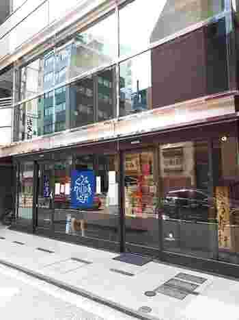こちらのお店は人形町駅から徒歩6分、小伝馬町駅から徒歩5分ほどの距離にあります。1861年創業の行列の絶えない人気の和菓子店です。