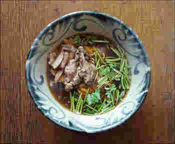 沖縄のマカイは、黒みがかった呉須と土の風合いが渋い器です。ラーメンの他、沖縄そばや日本そばをよそっても良さそう。