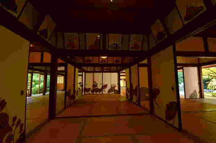 青蓮院門跡(しょうれんいんもんぜき)華頂殿の襖絵は、全部で60面。「蓮」をモチーフに描かれています。比叡山延暦寺の三門跡(青蓮院、三千院、妙法院)の一つです。古くより皇室と関わりの深い格式の高い門跡寺院です。華頂殿と呼ばれる客殿(白書院)の三十六歌仙の額絵は見事ですね。