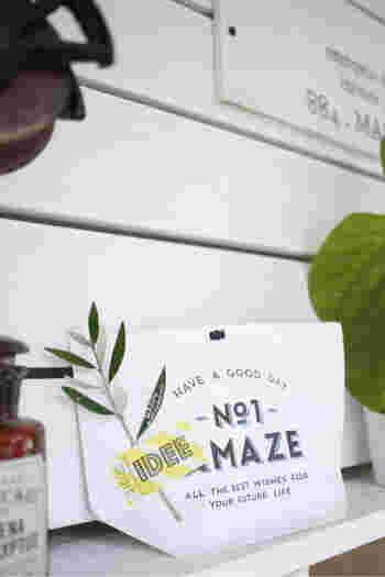 シンプルな袋に入れるだけのラッピングに、グリーンを添えてデコレーション。こちらは葉っぱにメッセージが添えられています。  葉っぱをローズマリーやラベンダーなどのハーブにしたら、緑だけでなく、いい香りも一緒にラッピングできますね。