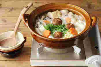 三重県四日市市の萬古焼の窯元が立ち上げた4th-market。土鍋はもちろん、萬古焼です。安具楽シリーズの土鍋は、表面のツヤが魅力。この見た目に惚れ込む人も多いんだとか。質感がとてもきれいなので、料理も自然と美しく見えます。