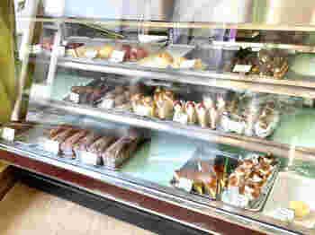 甘すぎず、いくつでも食べられそうなシュークリームやイチゴのショートケーキ。そして人気が高いチョコレートケーキなど、ショーケースの中には彩り鮮やかなケーキが並びます。
