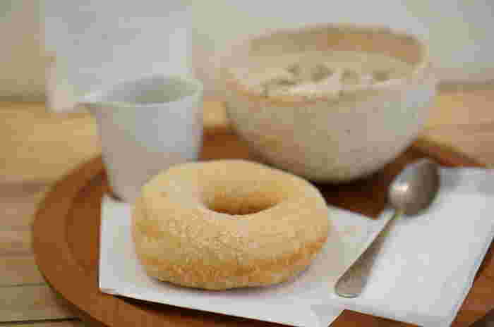 ドーナツは天然酵母のふわふわ感、 発芽玄米入りのもちもち感を楽しめて、やさしい気持ちになれるような味わい。アイスカフェオレは、このような手触り豊かなカフェオレボウルでいただけますよ。