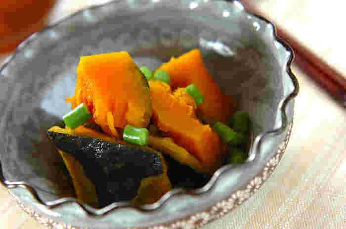 一見すると難しそうなかぼちゃの煮物も、めんつゆがあれば、簡単に本格的な一品に!材料を入れてコトコト煮るだけと初心者さんでも、簡単に美味しいかぼちゃの煮物が作れちゃいます。おもてなしの一品や、晩ごはんの一品に!鮮やかなかぼちゃの黄色は、食卓に彩をプラスしてくれます。