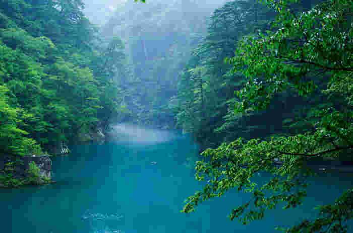 寸又峡は、川根本町観光におけるハイライトとも言える場所です。深い山に包まれた渓谷は深山幽谷とした雰囲気が漂っており、人を寄せ付けない独特の魅力を放っています。