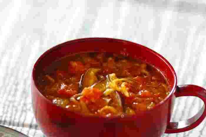 栄養満点でヘルシーな「切り干し大根」、「干し椎茸」といった乾物をふんだんに使った具沢山のスープ。  和風だしをベースに、発酵食品のお味噌とカレーで、スープの味わいをアレンジ。食べ応えと満足感を出した、ダイエット中にぴったりの一品です。小腹が空いた時やランチのお供にも是非オススメしたいスープですよ。