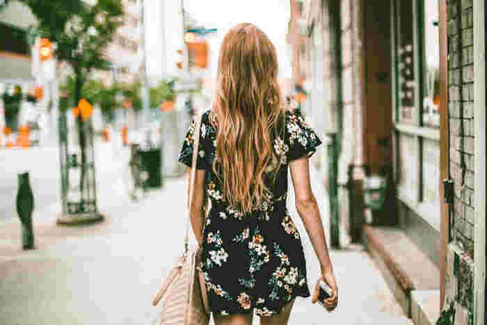 スポーツが苦手な人や時間に追われて忙しい人でもすぐに始められるのは、やはり「ウォーキング」でしょう。通勤や買い物のついでに少し多めに歩いたり、休日に自然の中を散策したりと、日常的に取り入れられる最も身近な運動です。