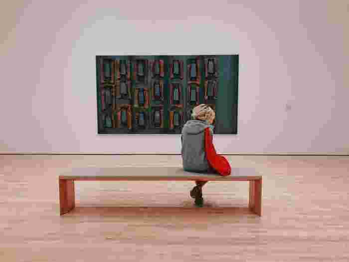 映画館と同様、美術館でも携帯はマナーモードにして周りの人の迷惑にならないよう配慮しましょう。静かな美術館の中では、通話だけでなく、メールなどの通知音なども大きく聞こえて気になるものです。