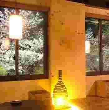 吉祥寺の井の頭公園の景色を眺めながら最高の一杯を。厳選した食材と100種類以上のアルコールが用意されている隠れ家的存在の居酒屋です。