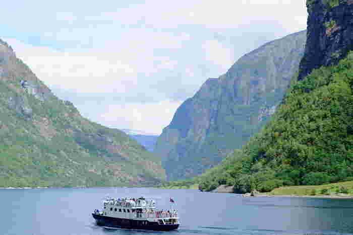 フェリーで巡るフィヨルド観光は自然の雄大さを肌で感じられるはず。1000m級の聳え立つ山々や複雑に入り組んだ地形は人間の力では到底作ることなどできない貴重な光景です。